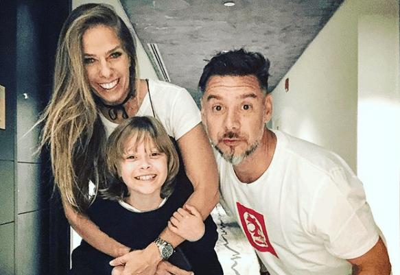 Adriane Galisteu causa polêmica ao mostrar o filho e marido se beijando