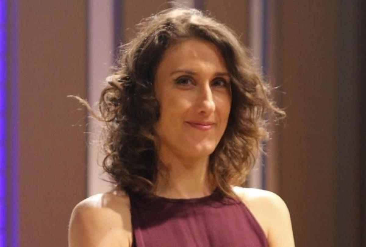 Em aparição rara, Paola Carosella posa ao lado do esposo