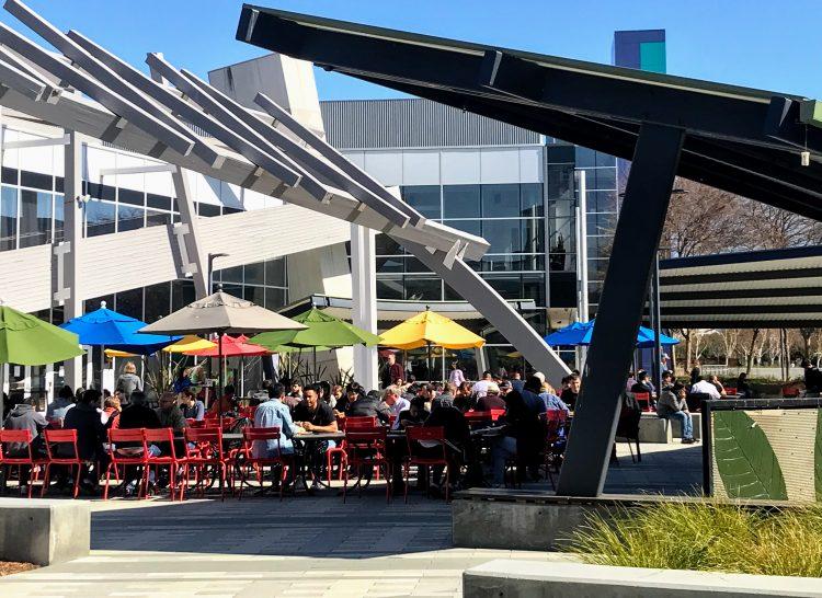Foto da praça de alimentação do GooglePlex, na California
