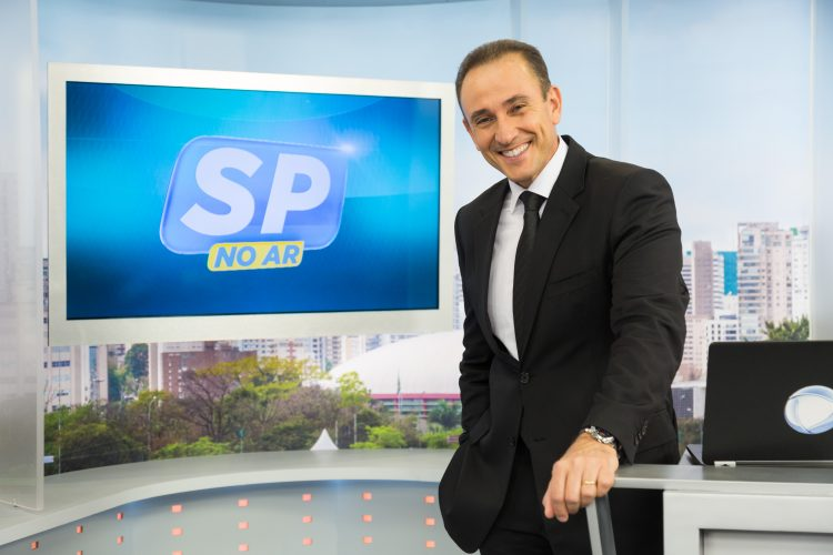 William Travassos posa no cenário do SP Record