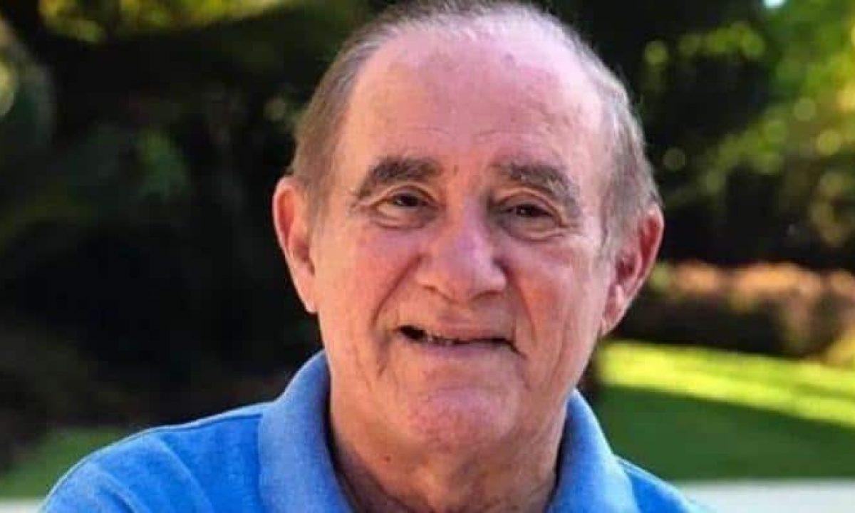Renato Aragão ganha presente do MasterChef e exibe mimo